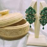 Авторские оригинальные праздничные серьги из ювелирного кружева ручной работы с натуральным малахитом насыщенного зеленого цвета. Купить в Москве, доставка по всему миру.